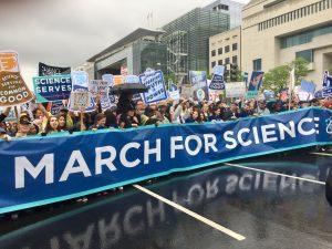 Demonstranten trotzen 2017 vielerorts dem Regen – und setzten an mehr als 600 Orten Zeichen, wie hier in Washington. (Foto: Becker1999 / Wikipedia, CC BY 2.0